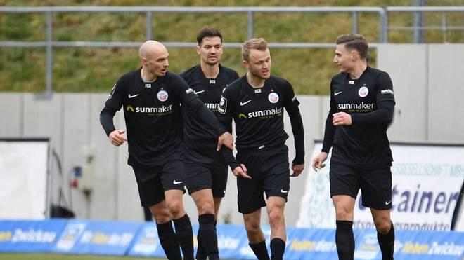 Hansa Rostock bejubelt das 1:0 durch Nik Omladic