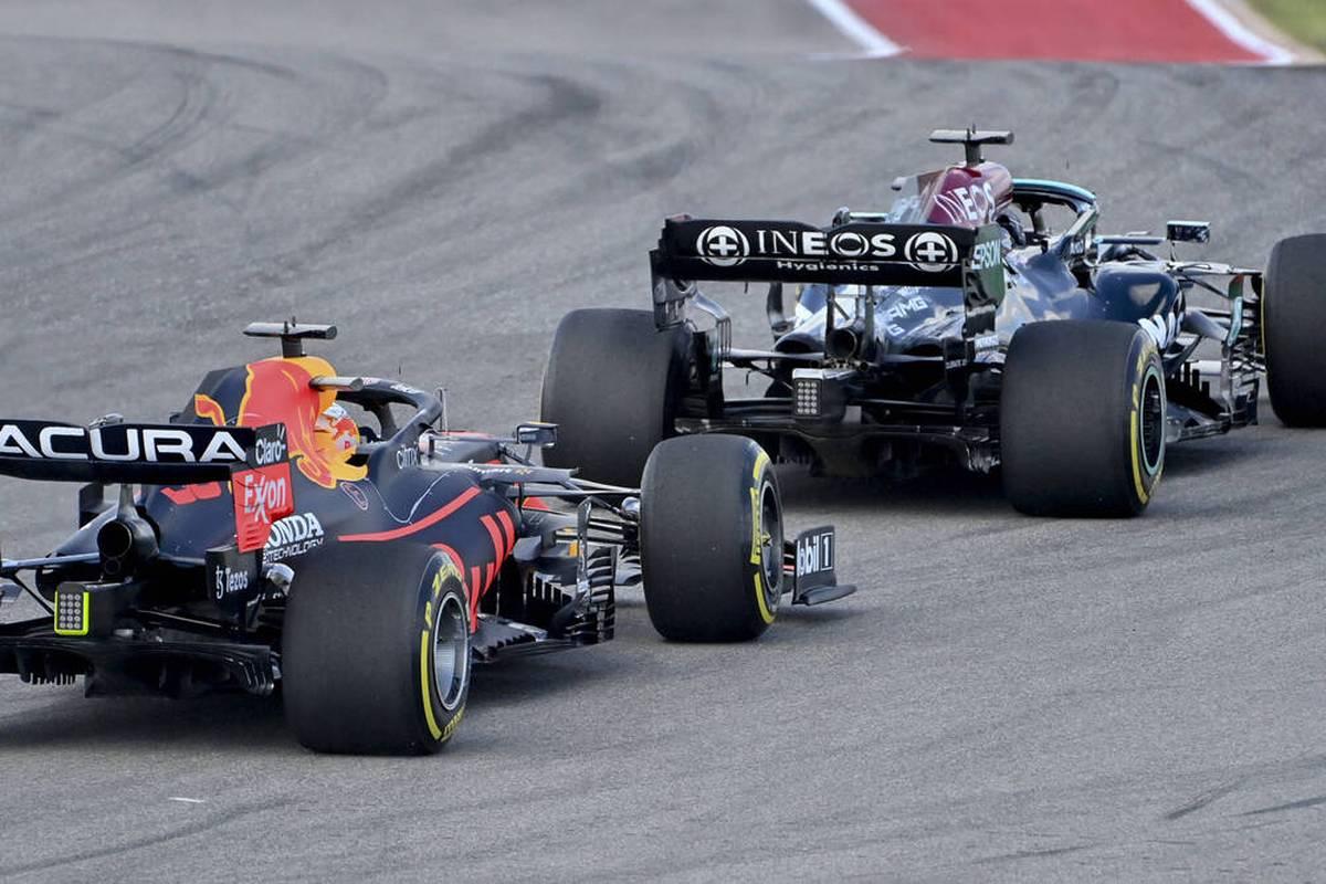Lewis Hamilton gewinnt den Start beim Großen Preis der USA, das Duell mit Max Verstappen läuft diesmal fair ab. Weiter hinten geht es hoch her.