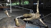 01 Januar: Die Statue von Zlatan Ibrahimovic wird in Malmö während der Nacht stark beschädigt