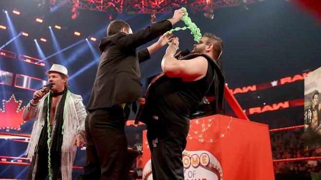 Chris Jericho (l.) machte Kevin Owens bei WWE Monday Night RAW kuriose Geschenke