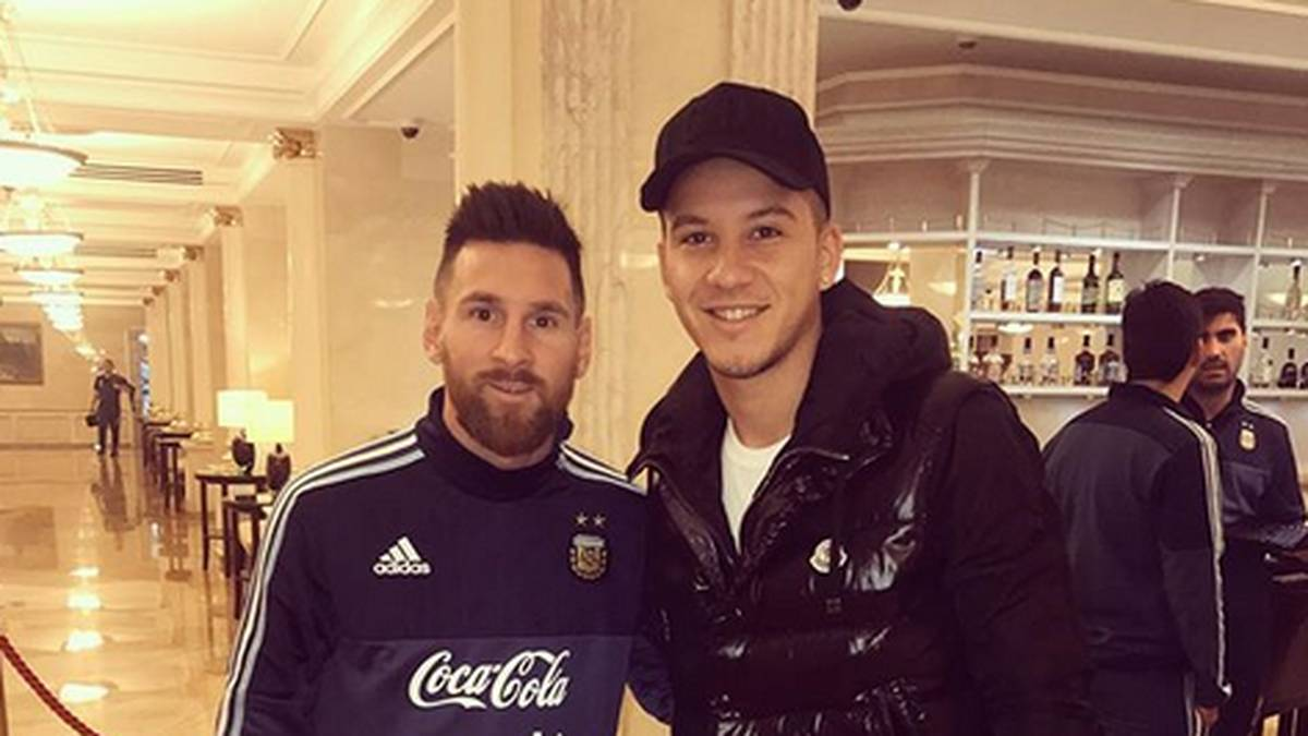 Sebastian Driussi (r.) traf Lionel Messi in der Hotellobby