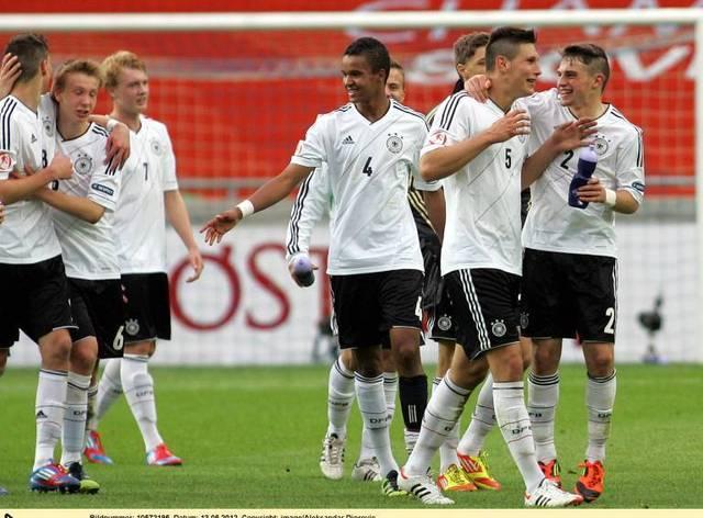 Marian Sarr (M.) und Niklas Süle (2.v.r.) standen im Mai 2012 bei der U17-EM gemeinsam für Deutschland auf dem Feld