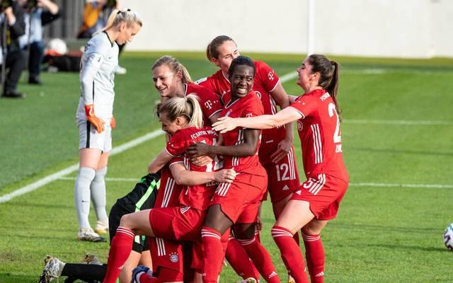 Die Frauen des FC Bayern München feiern im Tospiel gegen den VfL Wolfsburg einen deutlichen Sieg