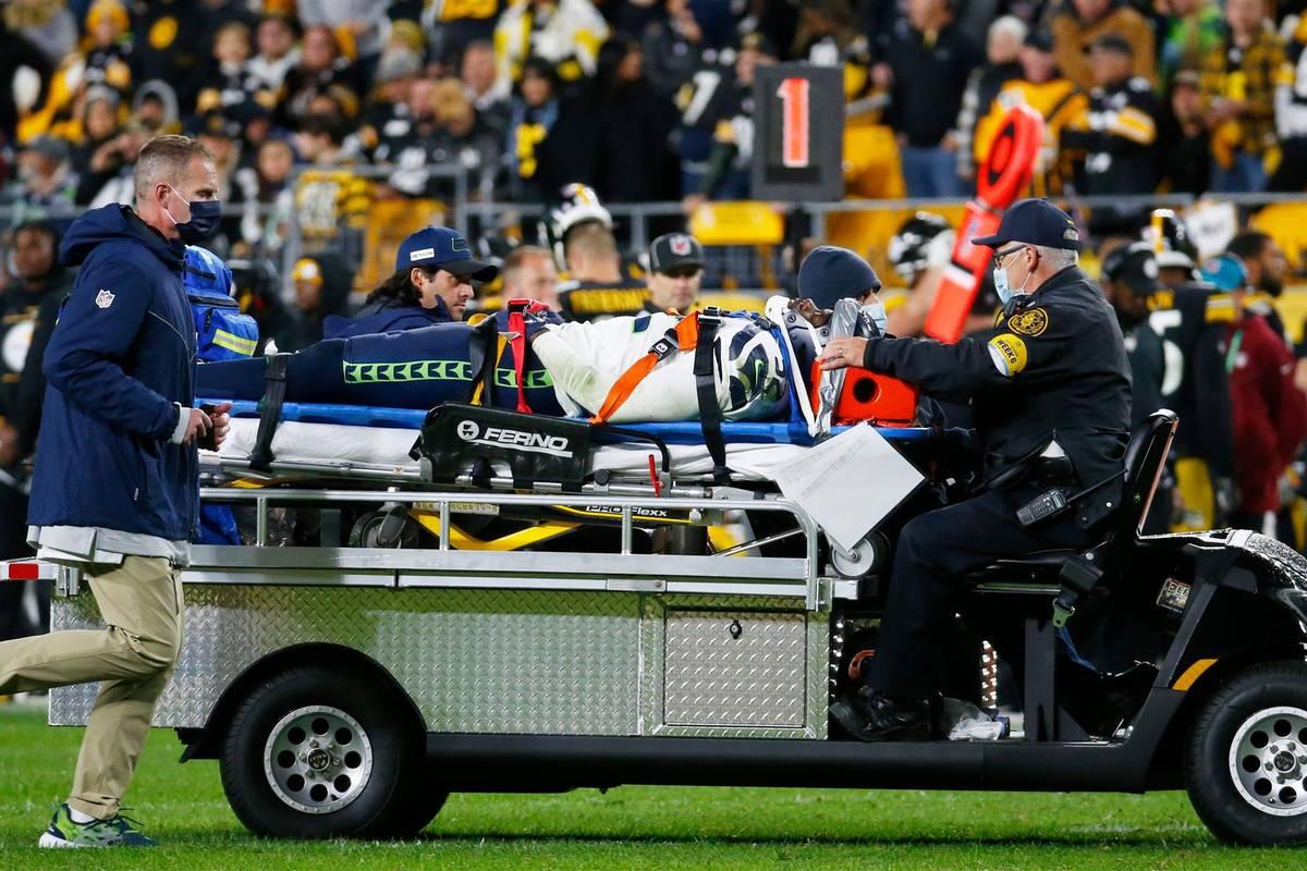 Schreck in der NFL: Darrell Taylor von den Seattle Seahawks bleibt nach einem Tackle regungslos liegen. Minutenlanges Bangen folgt. Inzwischen gibt es Neues aus der Klinik.