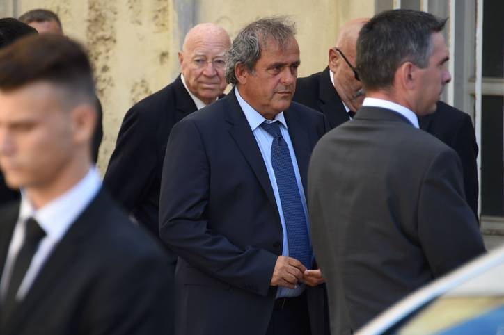 Neuer Ärger für Fußball-Legende Michel Platini. Der ehemalige Uefa-Präsident musste sich in Polizeigewahrsam im Pariser Vorort Naterre den Fragen der Ermittler stellen. Der derzeit für alle Fußballaktivitäten gesperrte Platini soll sich wegen eines geheimen Treffens mit dem damaligen französischen Präsidenten Nicolas Sarkozy, Tamim Bin Hamad Al Thani, Emir von Katar, und Hamad Ben Jassem, damaliger Premierminister Katars, verantworten.