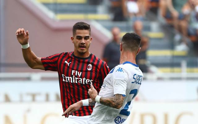 MILAN, ITALY - AUGUST 31:  Andre Silva  (back) of AC Milan competes for the ball with Stefano Sabelli of Brescia Calcio during the Serie A match between AC Milan and Brescia Calcio at Stadio Giuseppe Meazza on September 1, 2019 in Milan, Italy.  (Photo by Marco Luzzani/Getty Images)