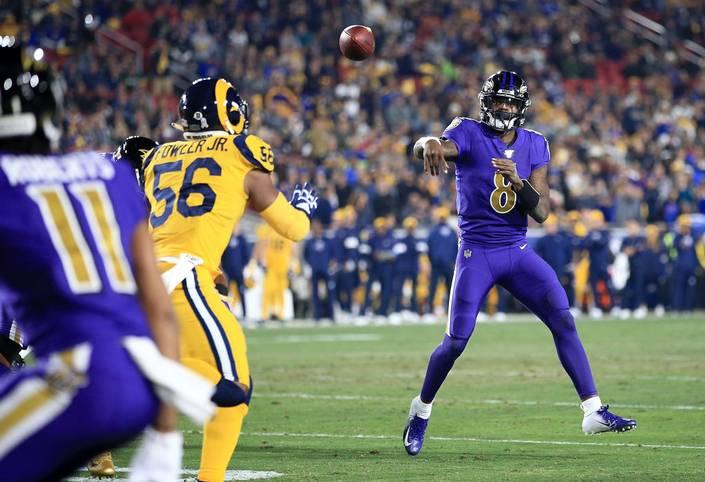 Langsam gehen einem die Superlative aus. In seinem ersten Monday Night Game hat Lamar Jackson alle Dimensionen gesprengt. Mit fünf Touchdown-Pässen und seinen bekannten spektakulären Läufen legte der Quarterback der Baltimore Ravens gegen die L.A. Rams eine historische Leistung hin