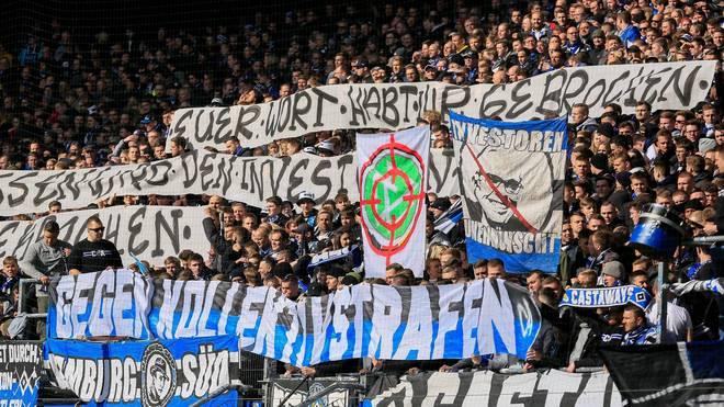Fans des Hamburger SV protestieren gegen Kollektivstrafen und Investor Kühne