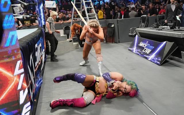 Charlotte Flair ging bei WWE SmackDown Live mit einem Kendostab auf Asuka (u.) und Becky Lynch los
