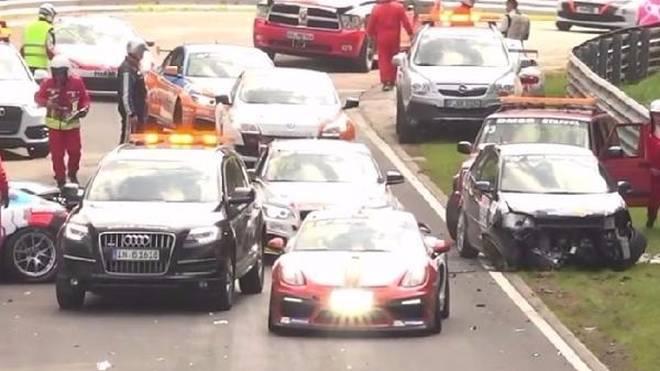 Totales Chaos: Einer Ölspur fielen mehrere Fahrzeuge zum Opfer