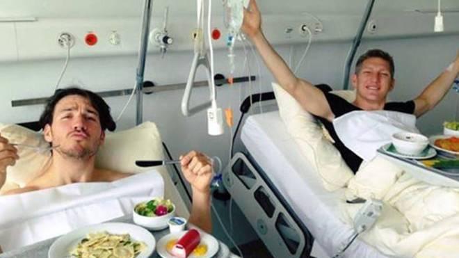 Felix Neureuther und Bastian Schweinsteiger 2013 gemeinsam im Krankenhaus in Zürich