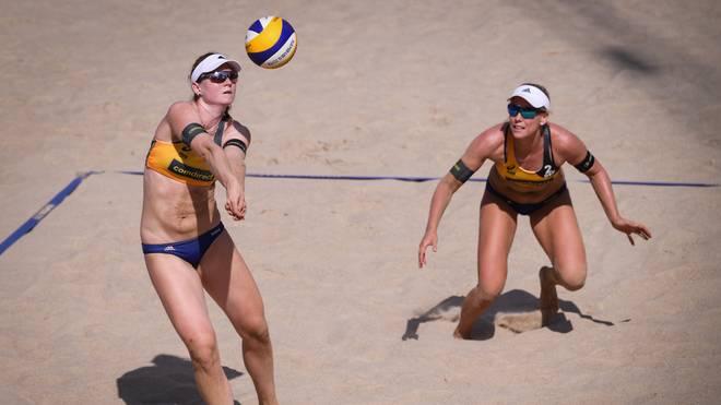 Julia Sude (l.) und Karla Borger haben bei der Beachvolleyball-WM in Hamburg das Achtelfinale erreicht