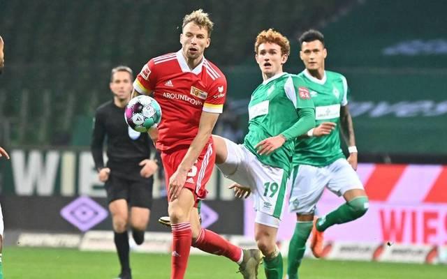 Manuel Friedrich ist vor Bremens Josh Sargent (r.) am Ball