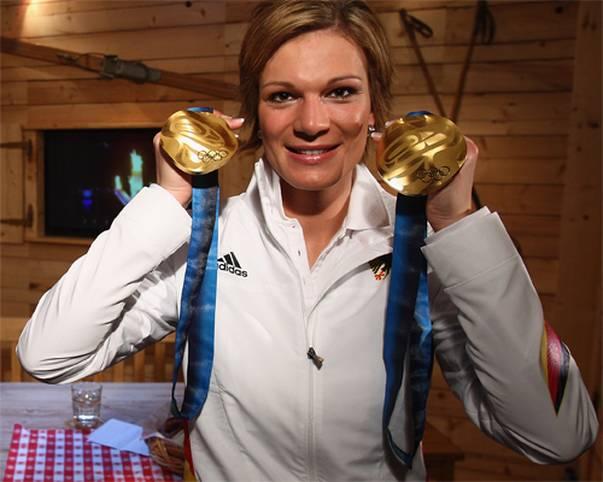 Maria Höfl-Riesch zählt zu den bekanntesten und erfolgreichsten deutschen Skirennläuferinnen. Spätestens seit ihren beiden Goldmedaillen bei den Olympischen Spielen 2010 in Vancouver zählt sie auch zu den ganz Großen des Sports. SPORT1 zeigt die Stationen ihrer Karriere