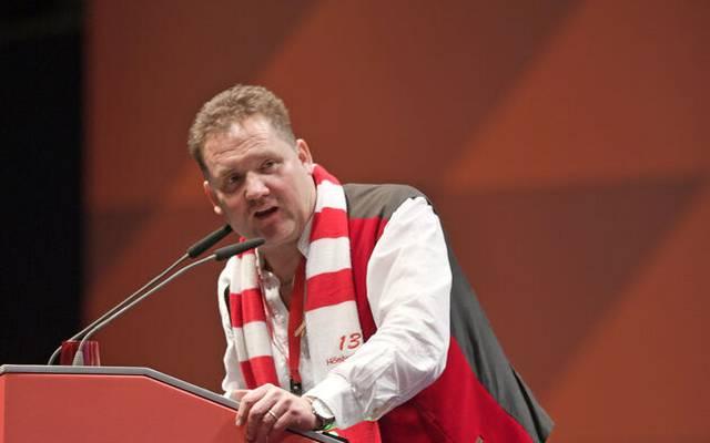 Hansi Gehrlein (Fanclub 13 Höslwanger) am Rednerpult bei der Jahreshauptversammlung des FC Bayern 2019