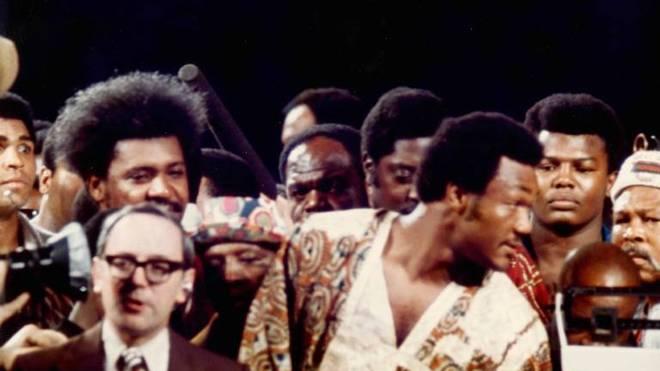 Don King (l.) und George Foreman (vorn rechts) beim Wiegen vor dem Kampf in Zaire