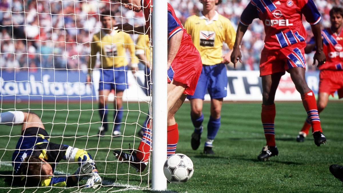 Aus dieser Perspektive klar zu sehen: Helmer stochert den Ball an Köpkes Tor vorbei