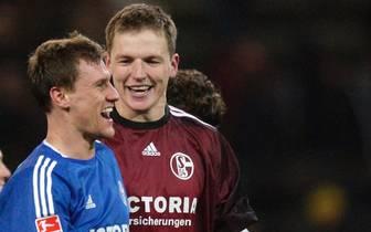 Frank Rost und Ebbe Sand feiern Derbysieg