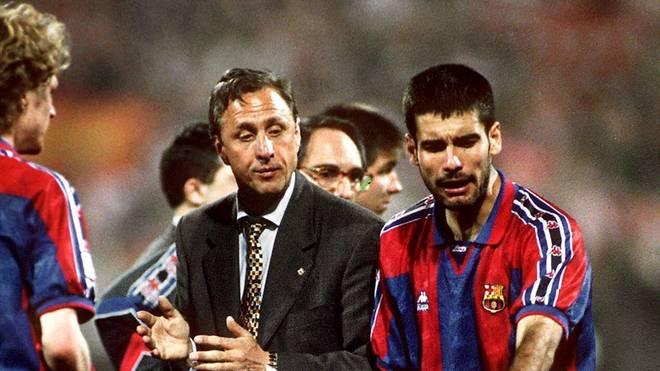 Johan Cruyff prägte als Trainer des FC Barcelona auch den Stil von Pep Guardiola (r.)