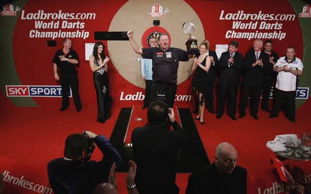 Im Finale der PDC-WM 2007 besiegt Raymond van Barneveld Phil Taylor