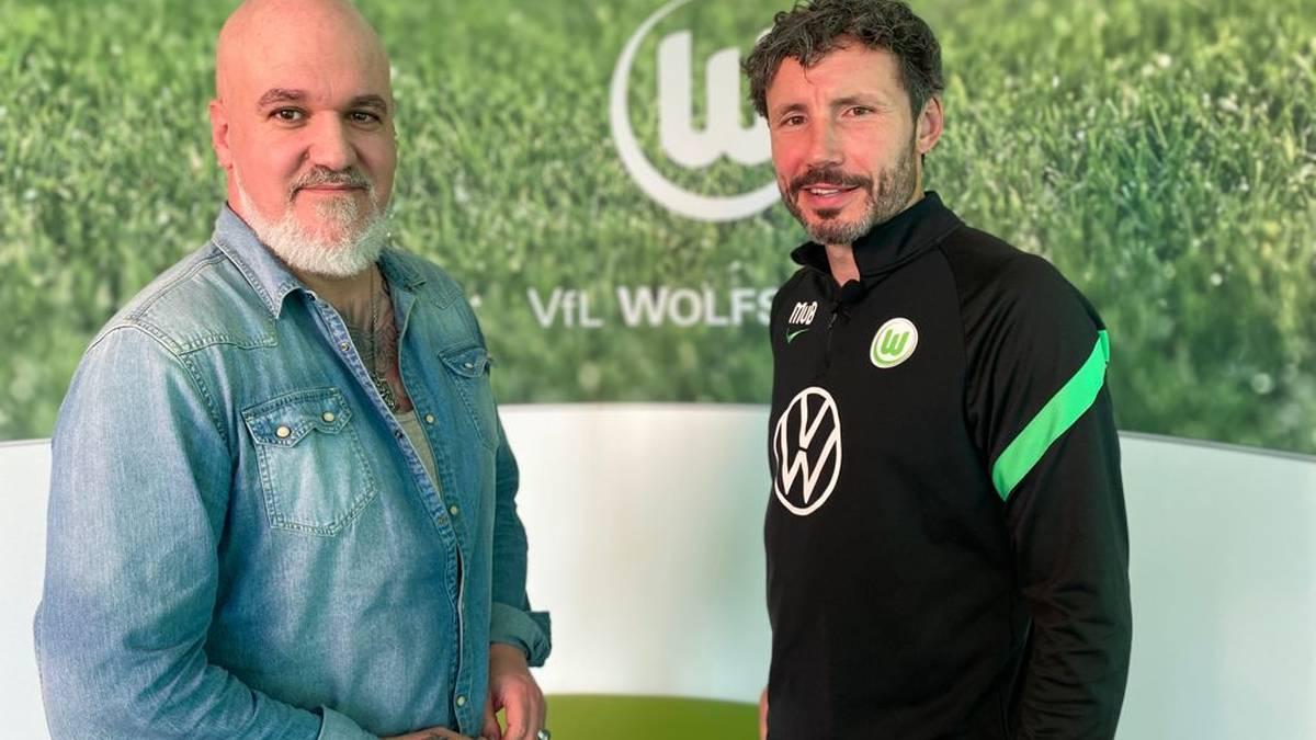 SPORT1-Reporter Reinhard Franke (l.) traf sich in Wolfsburg mit VfL-Trainer Mark van Bommel zum Interview