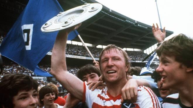 Horst Hrubesch feiert mit den Fans die Meisterschaft