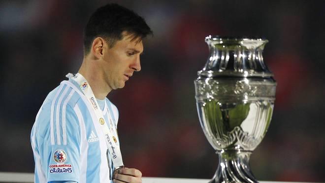 Lionel Messi schleicht am Pokal der Copa America vorbei