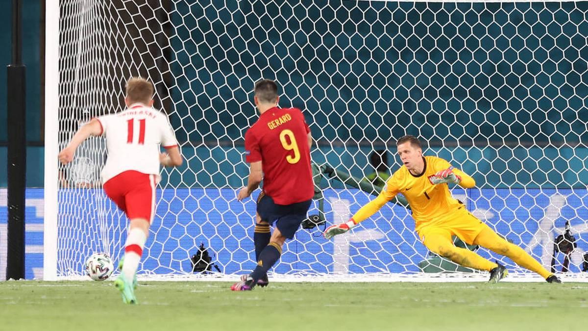 Gerard Moreno (M.) scheitert gegen Polen vom Elfmeterpunkt am Pfosten