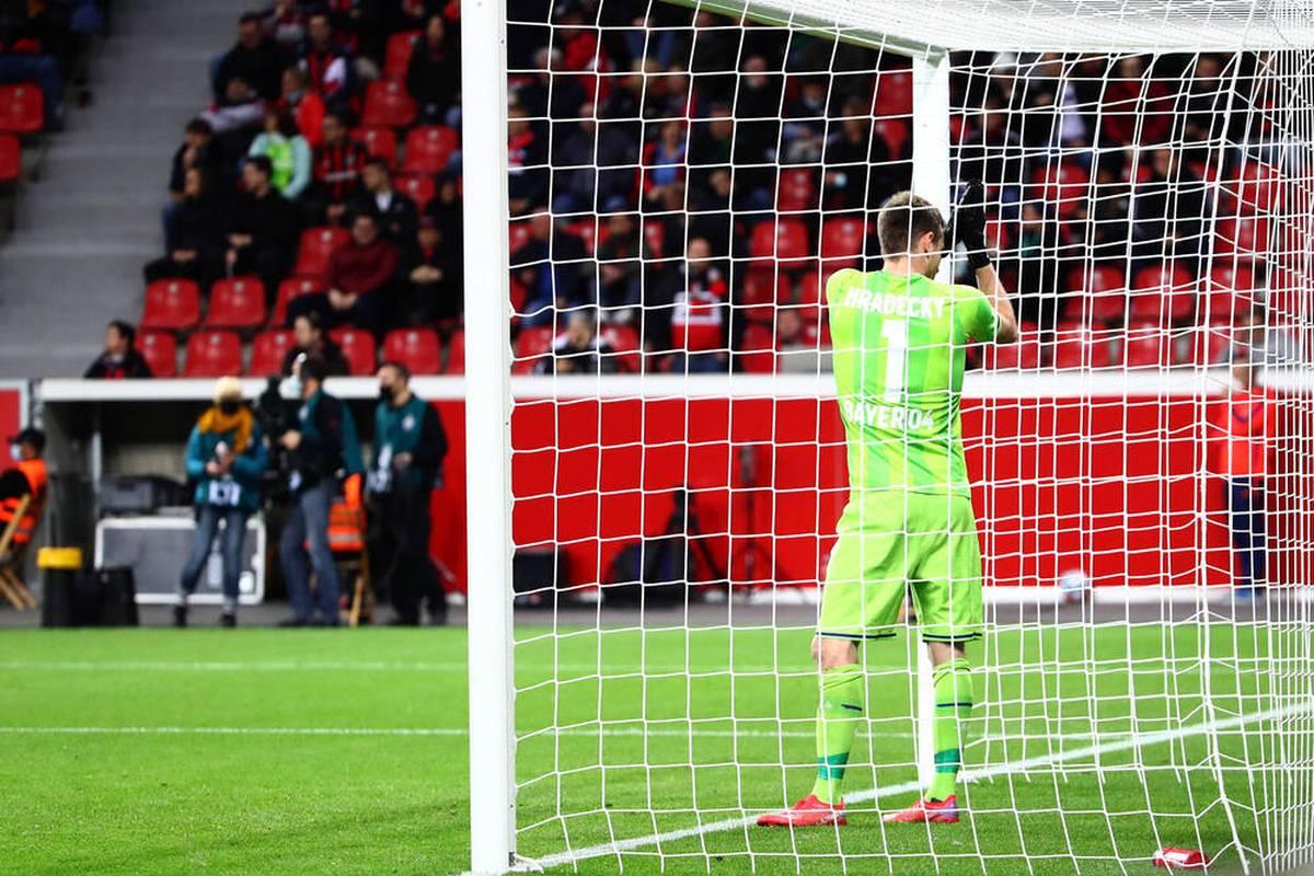 Bayer Leverkusen scheitert sensationell in der 2. Runde des DFB-Pokals. Torwart Lukas Hradecky unterläuft dabei ein dicker Fehler.