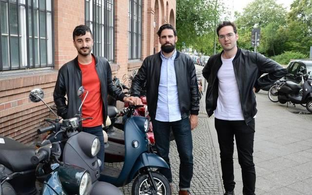 Die Unu-Gründer Elias Atahi (l-r), Mathieu Caudal und Pascal Blum wollen im Februar kommenden Jahres einen E-Roller auf den Markt bringen, der über eine SIM-Karte vernetzt ist.