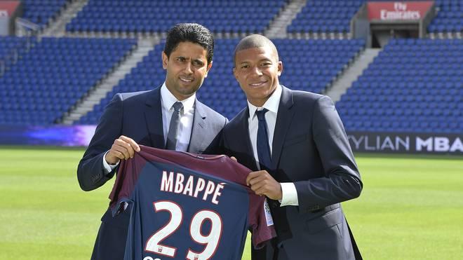 Paris Saint-Germain Präsident Nasser Al-Khelaifi (l.) verteidigt die Rekordtransfers des Klubs