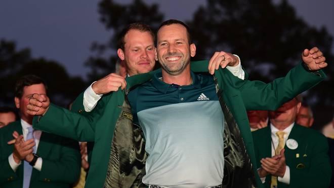 Im Vorjahr durfte sich Sergio Garcia (v.) das Grüne Jackett des Masters-Siegers überstreifen