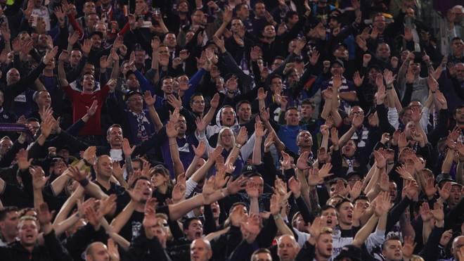Anhänger von Austria Wien bejubeln ihre Mannschaft