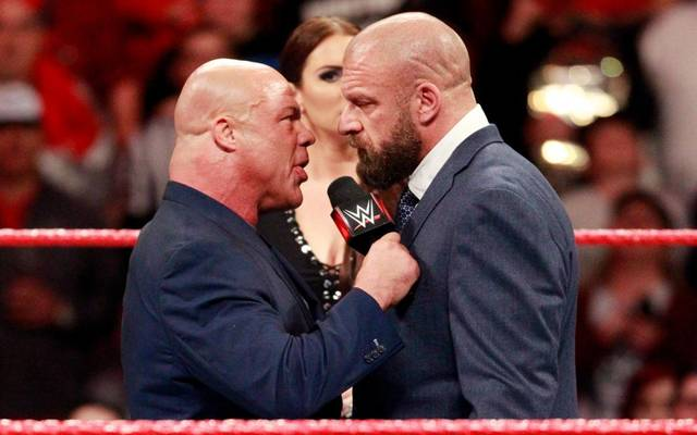 Kurt Angle (l.) drohte bei WWE Monday Night RAW Triple H