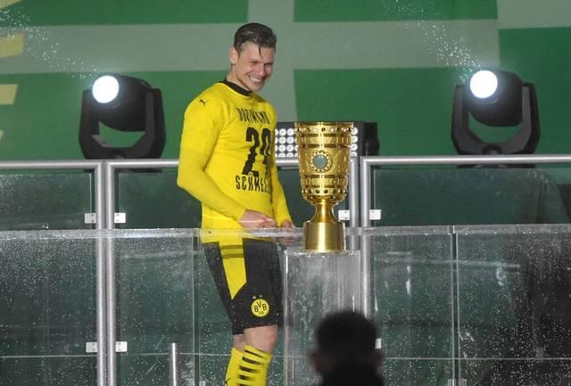 Lukasz Piszczek trug bei der Pokal-Übergabe das Trikot von Marcel Schmelzer