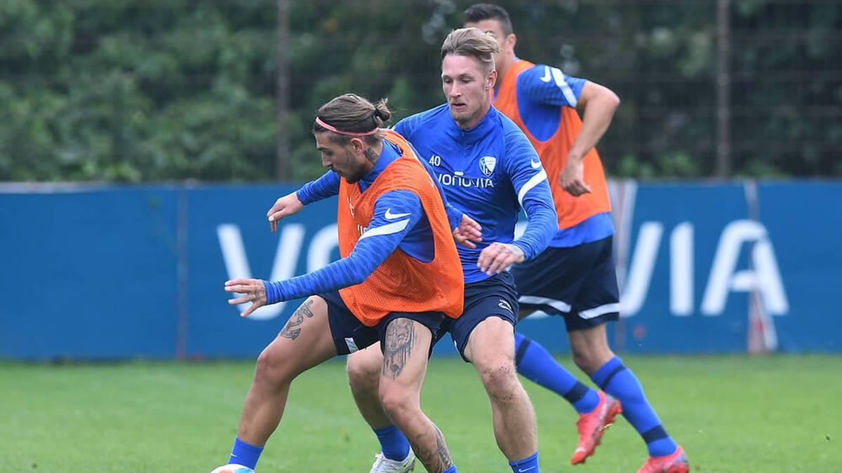Konstantinos Stafylidis im Duell mit Sebastian Polter im Training des VfL Bochum