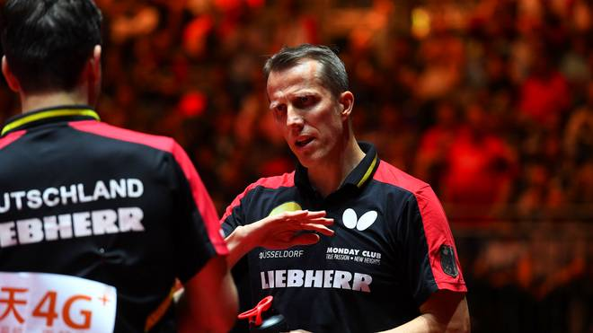Jörg Rosskopf (r.) ermuntert die Tischtennis-Stars wie Timo Boll (l.) zum Protest