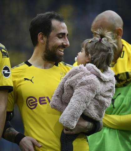 Borussia Dortmund macht durch ein 3:2 gegen Fortuna Düsseldorf beim zeitgleichen 0:0 der Bayern bei RB Leipzig den Titel-Showdown am letzten Spieltag klar. Paco Alcacer mit Tochter auf dem Arm hat gut Lachen.vorletzten Spieltag