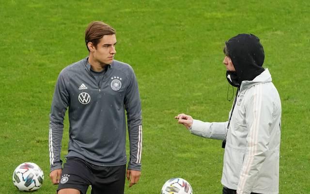 Bundestrainer Joachim Löw (r.) setzt gegen die Türkei auch auf Debütant Florian Neuhaus