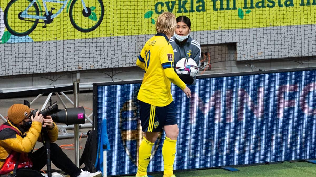 Emil Forsberg bittet ein Ballmädchen um Mithilfe