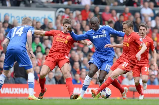 Steven Gerrard (2.v.l) leistete sich gegen Chelsea einst einen fatalen Ausrutscher