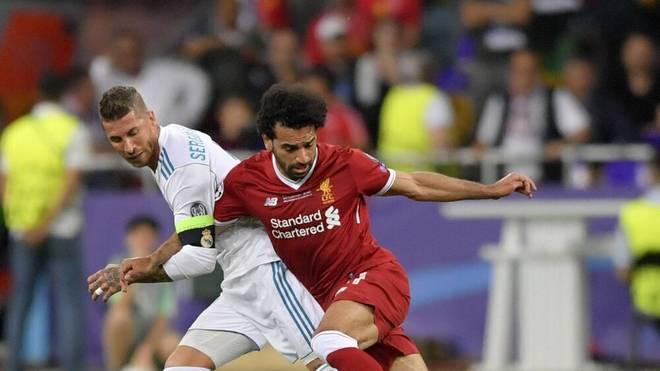 Reals Kapitän Sergio Ramos (l.) zieht Mohamed Salah zu Boden