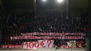 FC Bayern Fans werfen in Anderlecht Geldscheine auf das Spielfeld