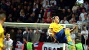 Wer so trifft, darf auch mal Sprüche klopfen: Im November 2012 staunt die Welt über Ibrahimovics Fallrückzieher-Tor. Der Schwede erzielt auf spektakuläre Art und Weise den 4:2-Endstand gegen England, als er eine zu kurze Kopfball-Abwehr von Keeper Joe Hart aus 30 Metern direkt ins Tor befördert