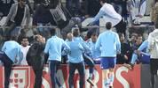 Patrice Evra holt aus und tritt einem Fan