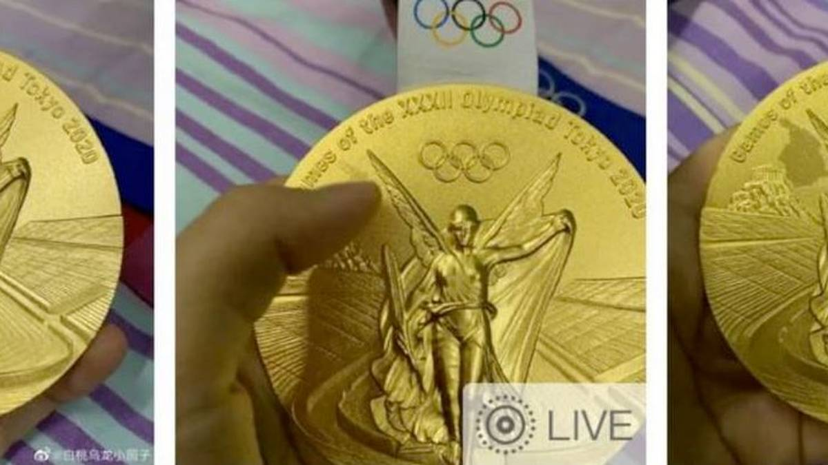 Die olympische Goldmedaille von Zhu Xueying, Trampolinspringerin aus China, zeigt offenkundig Abnutzungsspuren