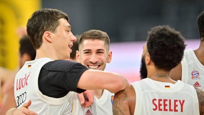 Bayerns Basketballer feiern einen knappen Sieg in Bamberg