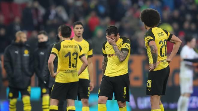 Die Spieler von Borussia Dortmund verlassen den Rasen in Augsburg mit hängenden Köpfen