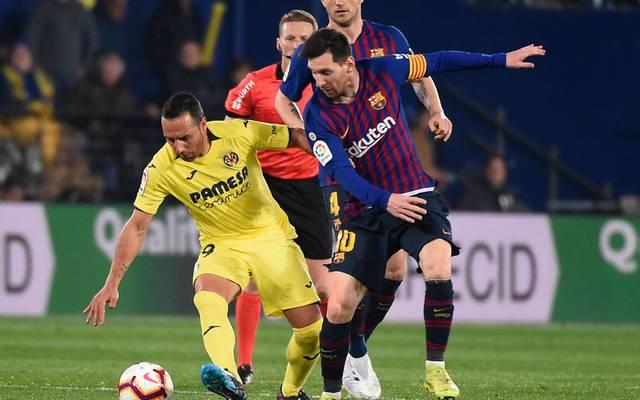 Santi Cazorla von Villarreal im Duell mit Lionel Messi vom FC Barcelona