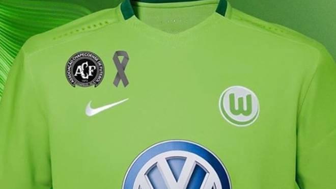 Der VfL Wolfsburg läuft mit dem Chapecoense-Logo auf